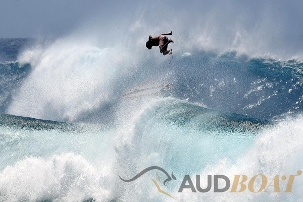 AUDBOAT Press News – Cylone Oma Gold Coast Surfers Risk it all